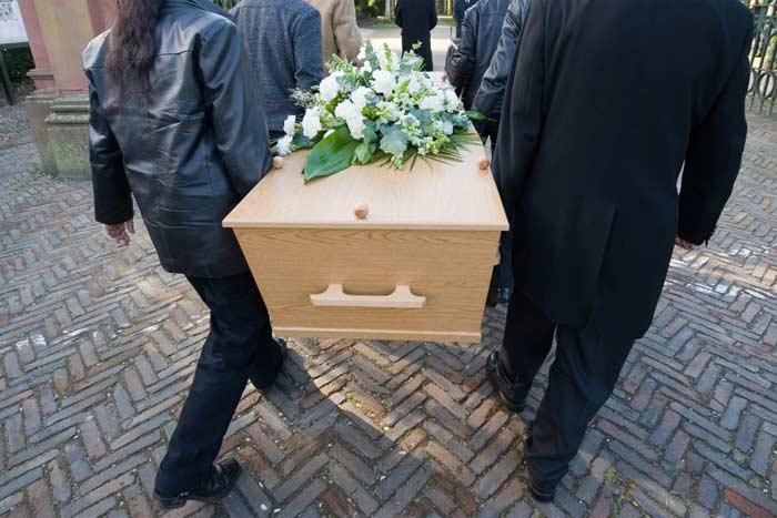 несут гроб