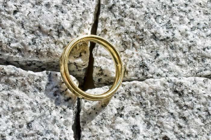обручальное кольцо упало