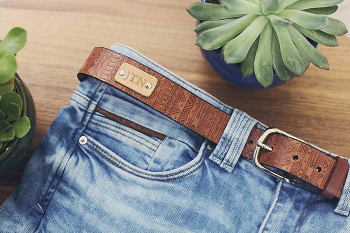 ремень в джинсах