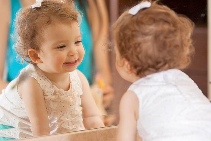 ребенок смотрит