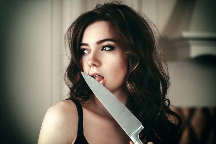 ест с ножа