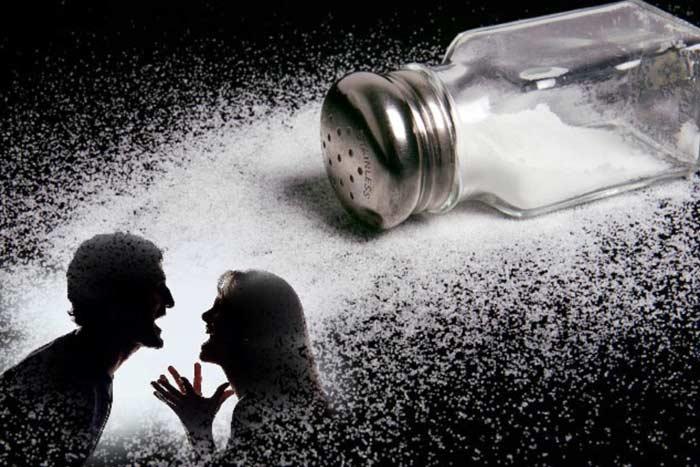 просыпать соль
