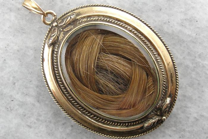 волосы в медальоне